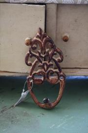 mooie bewerkte metalen haak in roestkleur