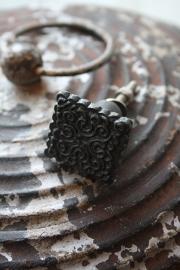 mooi donker ijzeren kastknopje in vierkant