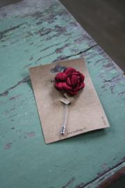 broche met bloem in rood