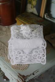 mooie tissue hoes met opengewerkt kant en borduursel