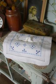mooie tissue hoes met blauwe geborduurde decoratie