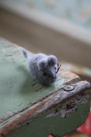 schattig vilten muisje in grijs