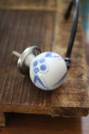 mooi rond porseleinen kastknopje met blauwe decoratie