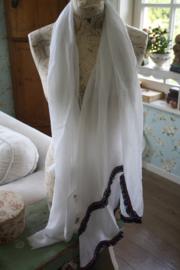 Sjaal met folkloreband aan de rand