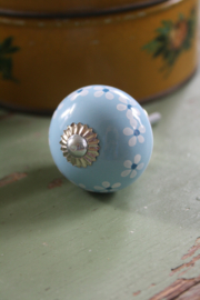 licht blauw porseleinen knopje met bloemetjes
