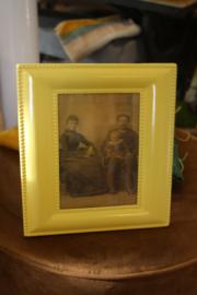 mooie gele metalen fotolijst