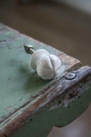 klein metalen knopje in wit