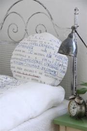 fraai rond kussen met nostalgische print van Jeanne d` Arc Living