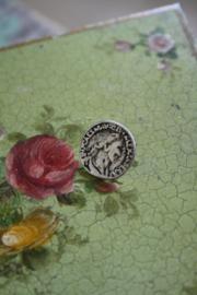 metalen knoopje met Romeinse afbeelding