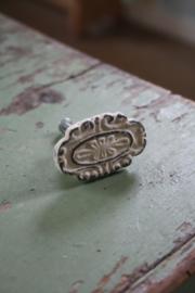 creme kleurige ovale knop met motief