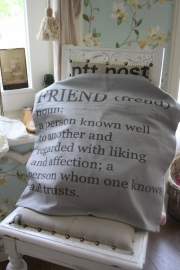"""fraaie kussenhoes in een mooie warm grijze kleur """" friends"""""""