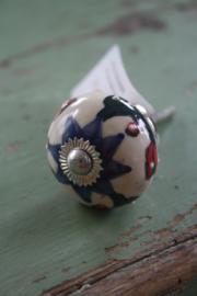 porseleinen knop met blauwe e rode decoratie