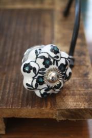 mooi gebloemd porseleinen knopjes met zwarte bloemetjes en groen hartje