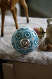 mooie kastknop met blauwe decoratie