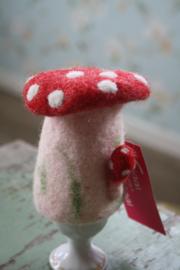 vrolijke vilten eierwarmer in de vorm van een paddenstoel