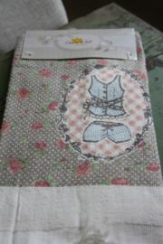 mooi handdoekje met bloemetjes en kleding