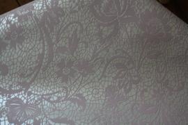vliesbehang met roze kantmotief op parelmoer ondergrond