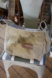 stoer houten wand rek met canvas zak en haakjes