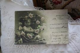 """ansichtkaart van handgeschept papier """" Baby tussen de bloemen"""""""
