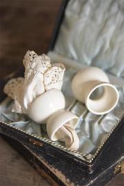 mooie creme kleurige porseleinen servetring/ eierdopje