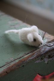 schattig vilten muisje in wit