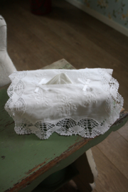 mooie tissue hoes met breed kant en borduursel