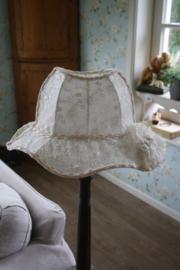 prachtige kanten lampenkap in de vorm van een hoed