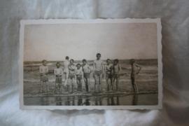 """ansichtkaartje """"jongens op het strand"""""""