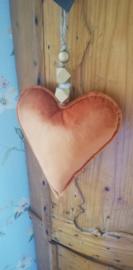 Velvet hart met goudkleurige kralen in oranje