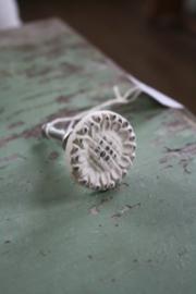 old look creme kleurige metalen knop in bloemvorm