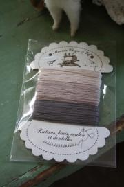 kartonnetje met gekleurd garen in bruintinten