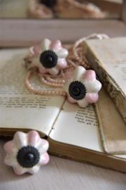 fraaie porseleinen knop met messing en roze M