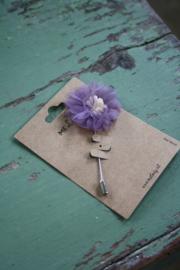 broche met bloem in lila