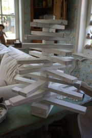 "mooie decoratieve wit houten ""latjesboom"""