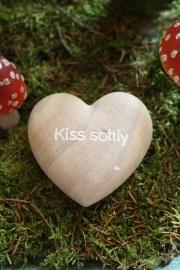 """mooi stenen hart met tekst """"Kiss softly"""""""