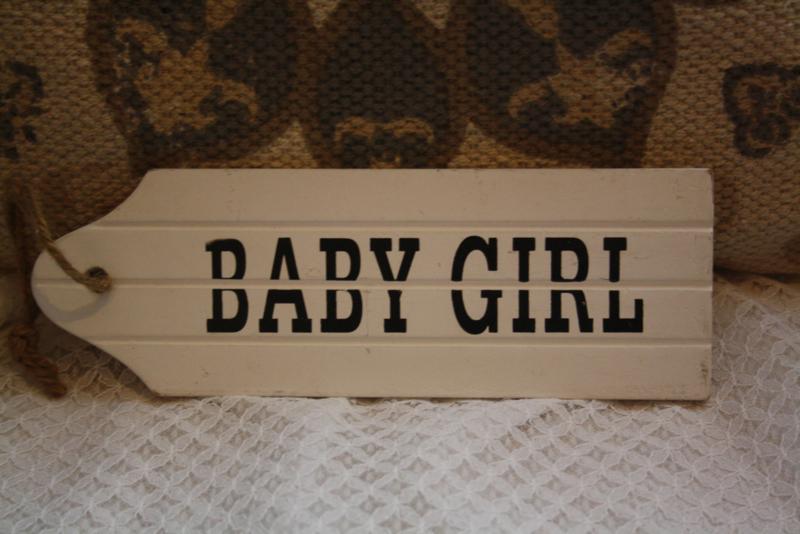 "wit houten deurhanger ""Babygirl"""