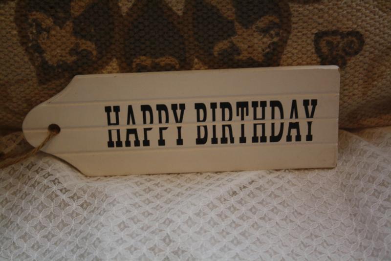 "wit houten deurhanger ""Happy birthday"""