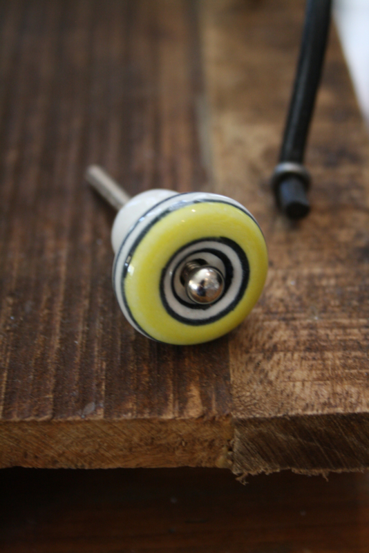 mooi klein retrolook kastknopje in geel