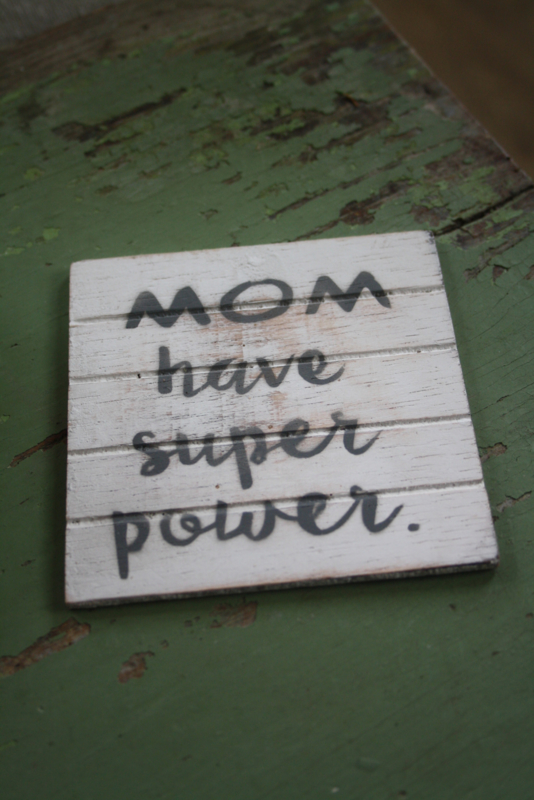 """dun houten onderzetter """"Mom have superpower"""""""