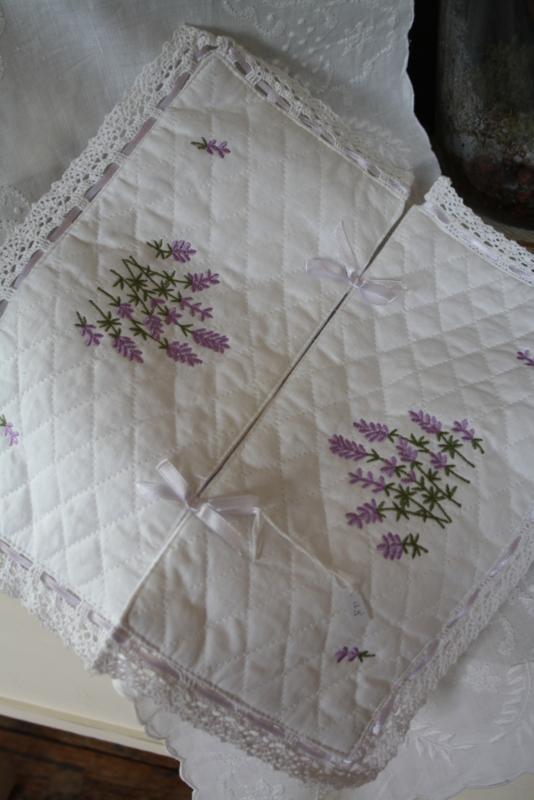 mooie tissuedoos hoes met geborduurde lavendel