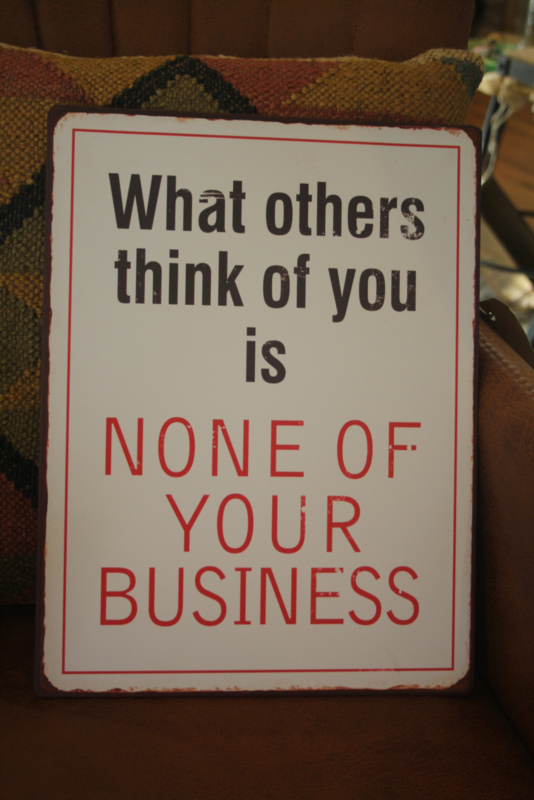 """metalen tekstbord """"What others think of you"""""""