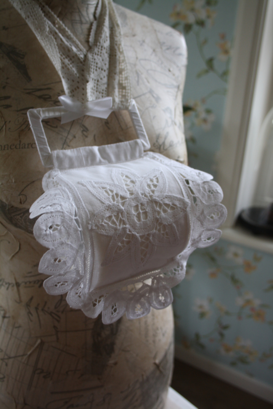 mooie stoffen toiletrolhouder voor 1 rol met  mooi lacet kant