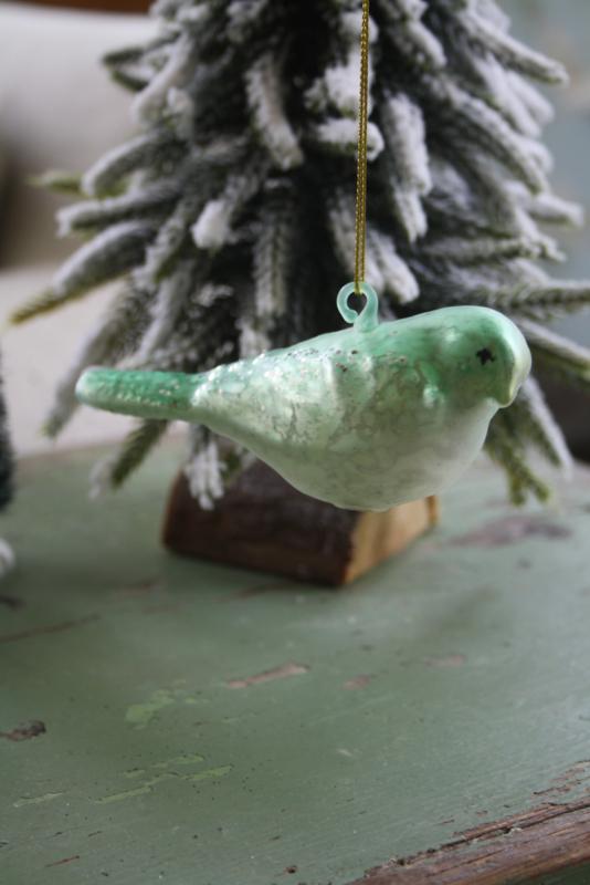 groene glazen kersthanger in de vorm van een vogel