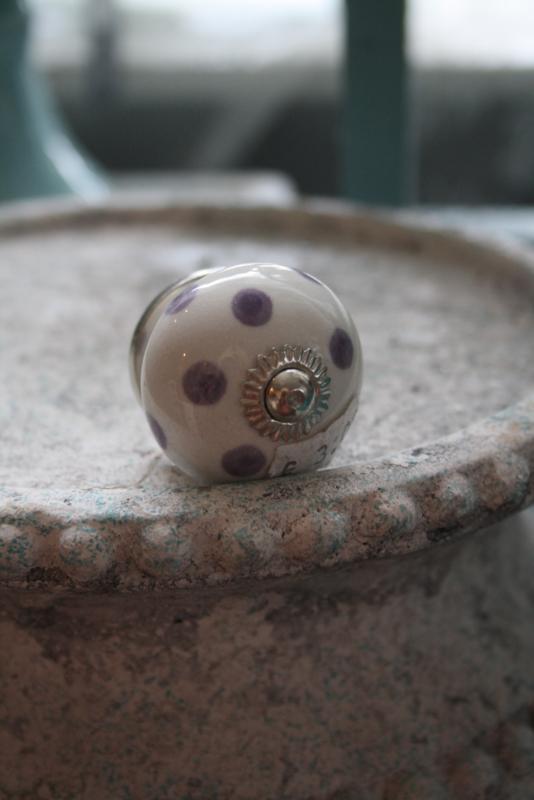 porseleinen knop met licht paarse stippen
