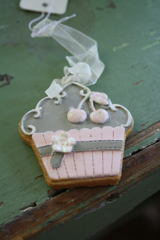 mooi hangertje in de vorm van een gebakje