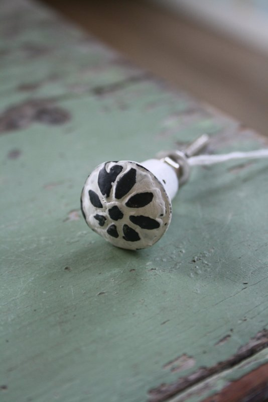 mooi klein ijzeren kastknopje met bloemmotief in whitewash