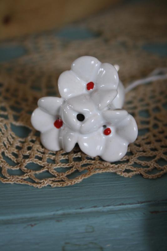 mooi wit porseleinen kastknopje met bloemen en rood hartje