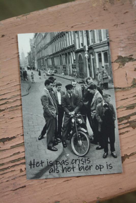 """leuke ansichtkaart """"Het is pas crisis als het bier op is"""""""