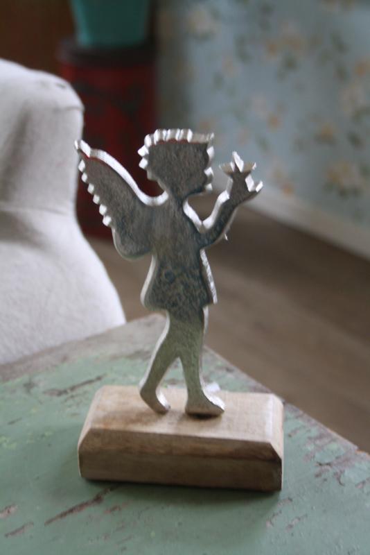 mooie metalen engel op houten standaard