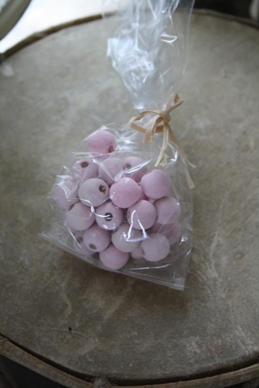 zakje houten kralen in roze
